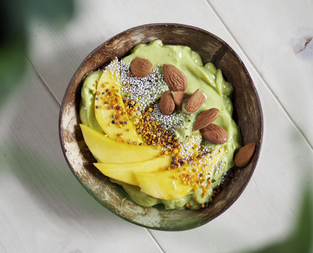 Avokado mango smoothie bowl
