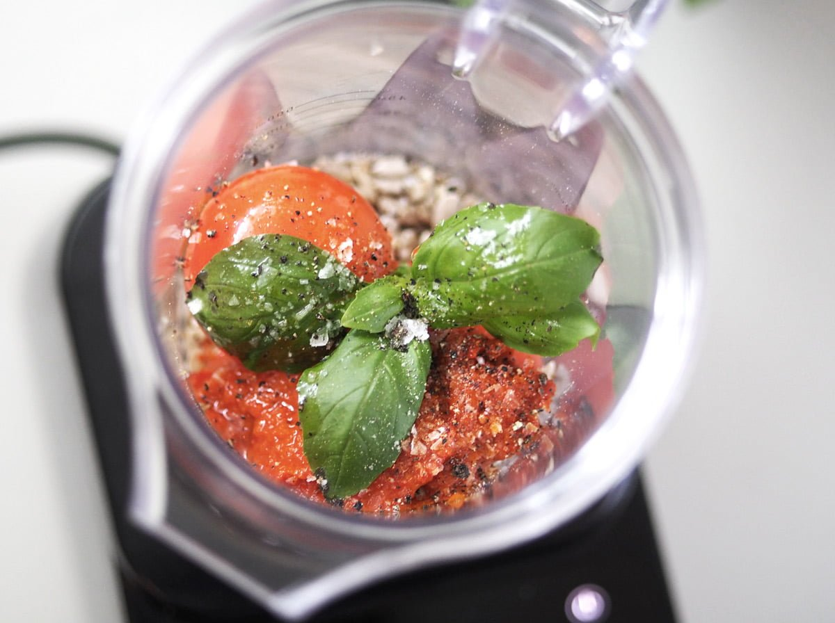 zucchinipasta med raw tomatatsås