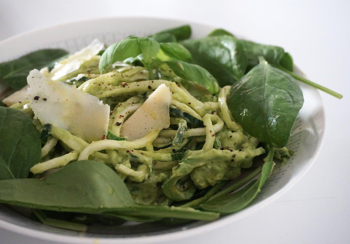 zucchinipasta avokadopesto