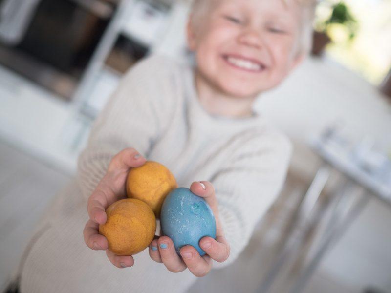 färga ägg gurkmeja påskägg